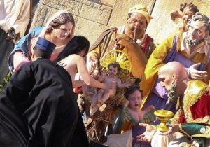 Activista de FEMEN derriba estatua de niño Jesús en el Vaticano