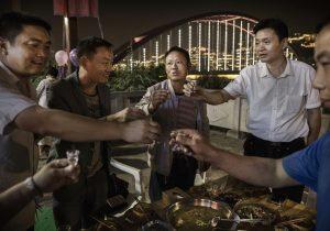 Chinos pagan a extraños para beber alcohol ¿Por qué?