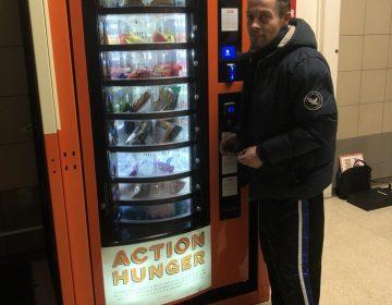 Una máquina da comida a personas en situación de calle