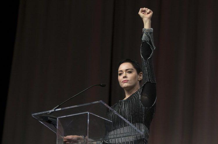 """""""Él era un depredador y yo caminaba hacia su trampa"""": Rose McGowan narra el abuso de Weinstein"""
