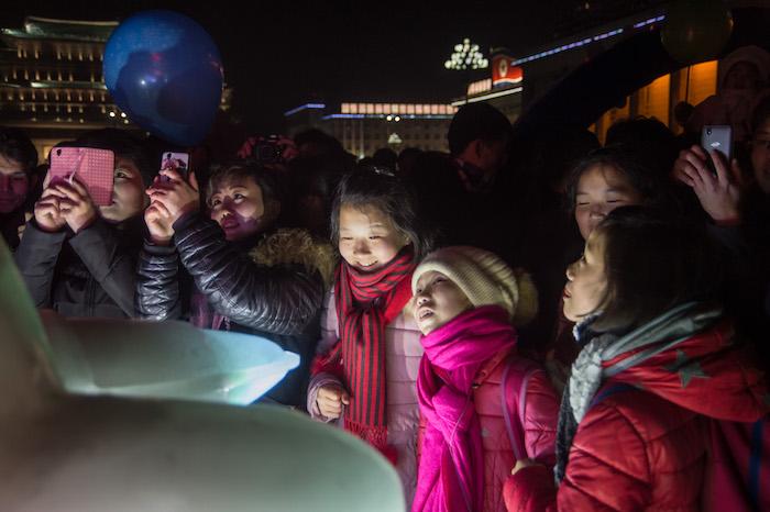 Pyongyang exhibe versión de hielo de misil intercontinental