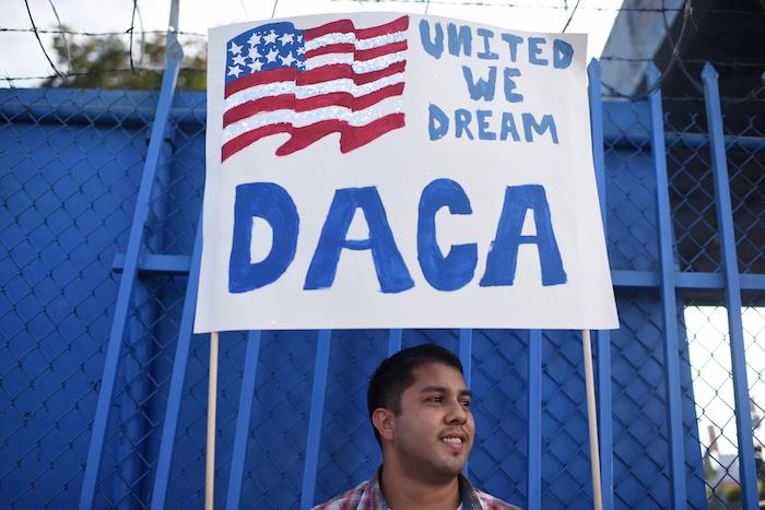 Juez ordena mantener DACA y quita a Trump la moneda de cambio para su muro