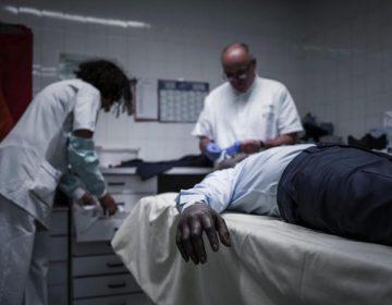 """Un hombre """"muerto"""" se despierta en la mesa de autopsia"""