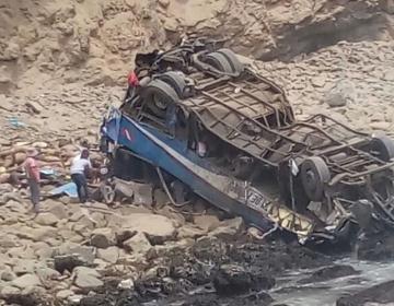 Accidente de autobús en Perú deja decenas de muertos