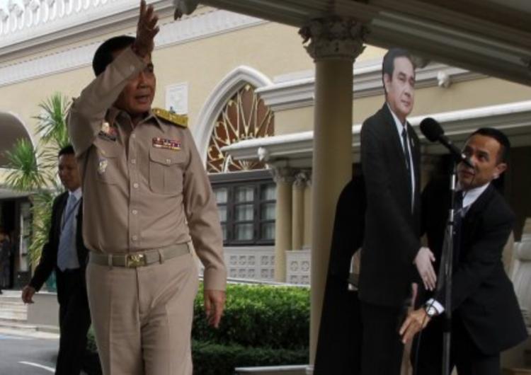 Primer ministro tailandés responde a críticas con un cartón