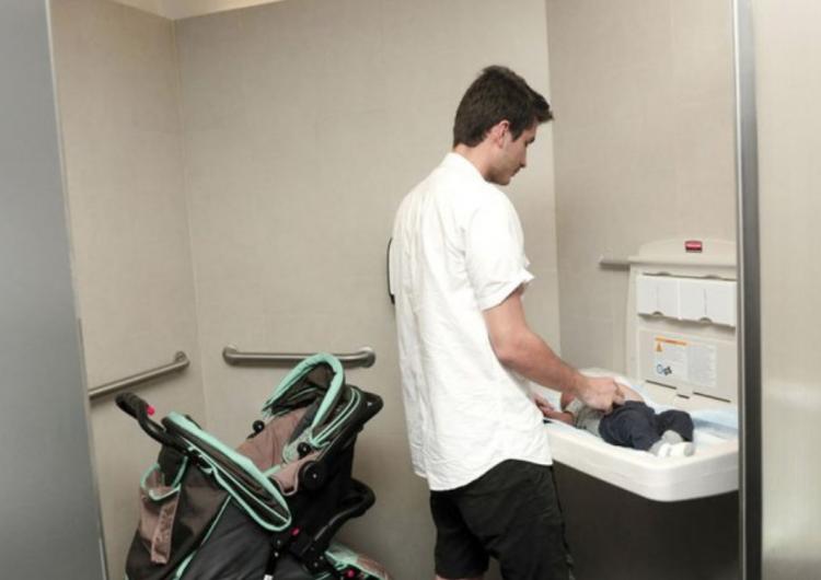 Los baños de NY se transforman para que hombres también cambien pañales