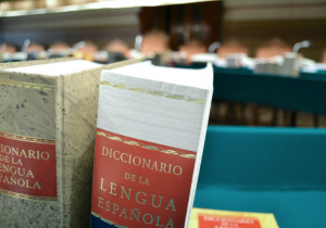 La RAE enfrenta controversia por otra alusión machista en su diccionario