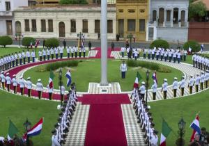 ¿Por qué Paraguay recibió a EPN con banderas de México sin escudo?
