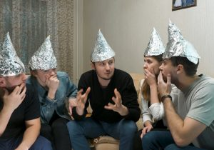 La afición por las teorías conspirativas tiene una explicación… y preocupantes consecuencias
