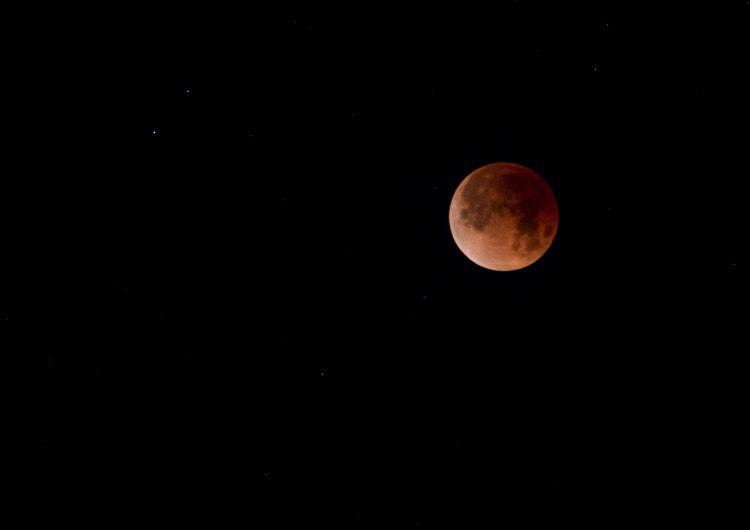 Gigante y rojo eclipse en la segunda luna llena del mes