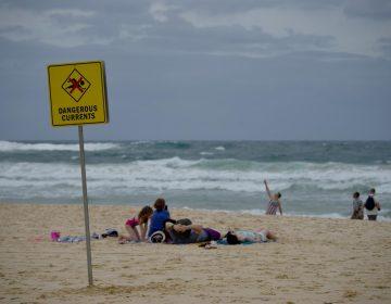 Drones utilizados para monitorear tiburones salvan a dos jóvenes de ahogarse en Australia