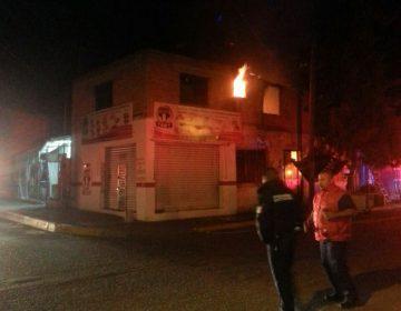 Rescatan a joven de casa incendiada