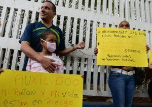 Encadenados a un hospital, niños enfermos y sus padres exigen medicinas al gobierno de Venezuela