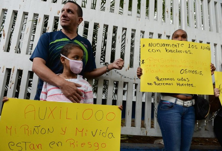 venezuela hospital niños enfermos encadenados diálisis