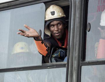 Después de 30 horas bajo tierra, rescatan a 1000 mineros en Sudáfrica
