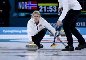 Qué es el curling, deporte con el que iniciaron los Juegos Olímpicos de Invierno