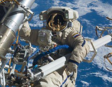 Astronautas colocan erróneamente una antena, pero rompen récord