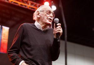 """""""Siempre pienso en los fans"""", dice Stan Lee al narrar su lucha contra la neumonía"""