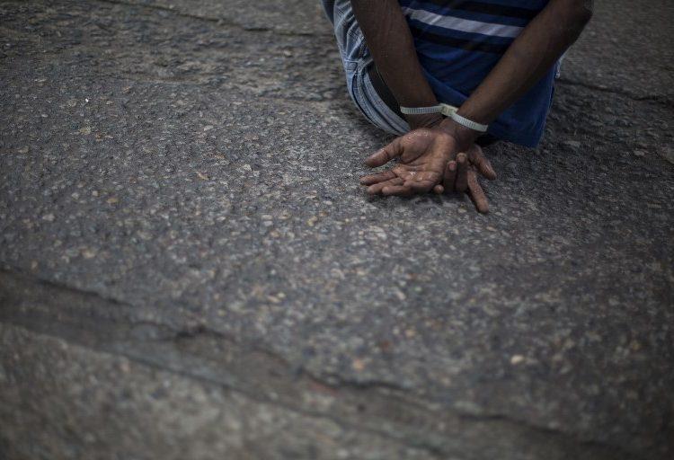 Jóvenes negros enseñan a otros cómo actuar ante un acto de racismo en Brasil
