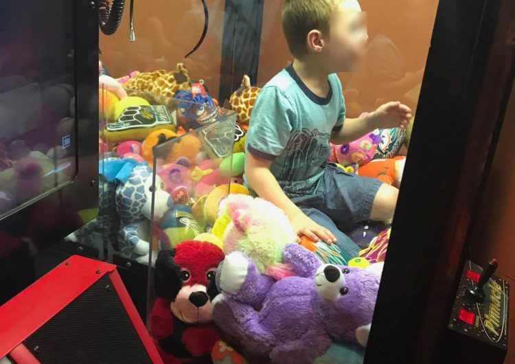 Un niño estadoundense quedó atrapado en una máquina para sacar peluches (video)
