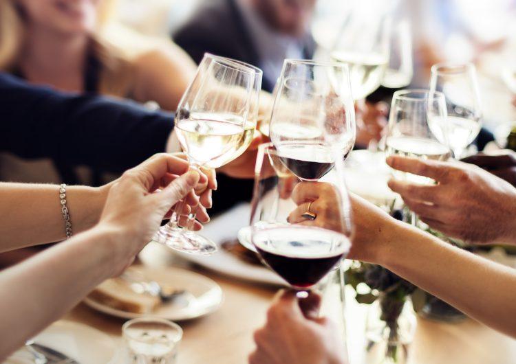 El alcohol podría ayudar a limpiar tu cerebro, según un estudio