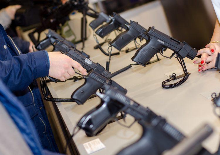 Detienen a un joven que amenazó con tiroteo masivo en EE. UU.; tenía un arsenal en su casa
