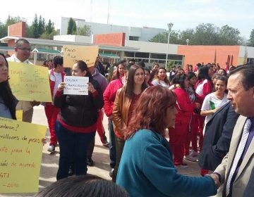 Paran CECyTEA labores por adeudo a maestros