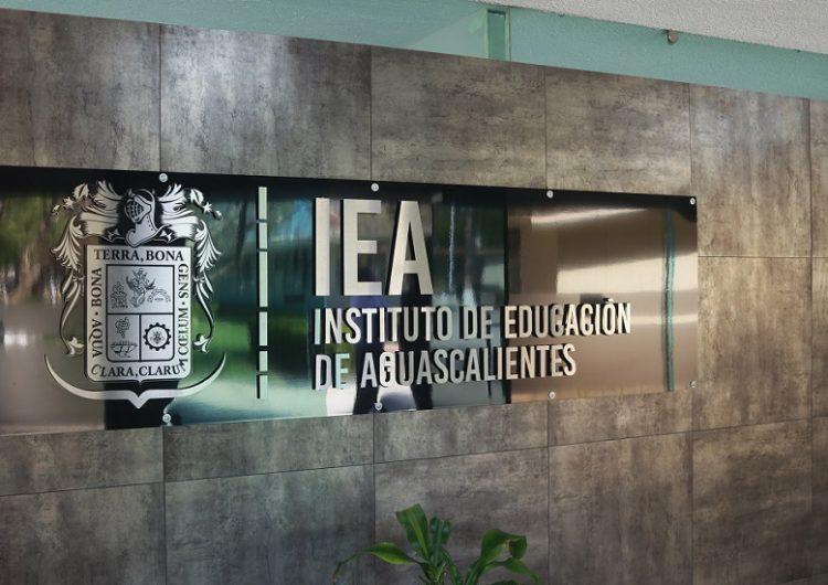 Analiza IEA expedir cédulas profesionales estatales