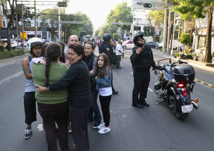 Un potente sismo sacudió este viernes Ciudad de México, disparando el sistema de alarma de la capital y provocando gran susto entres sus habitantes