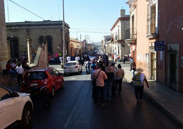 Al menos 5 calles bloqueadas por diferentes organizaciones en la capital oaxaqueña