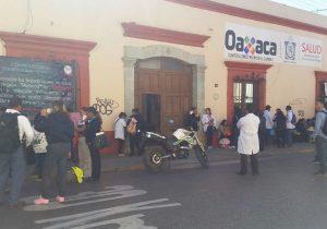Por segundo día consecutivo, trabajadores de Salud bloquean calle de JP García en el centro de Oaxaca