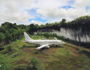 El misterio del avión abandonado en Bali que está ayudando al turismo local