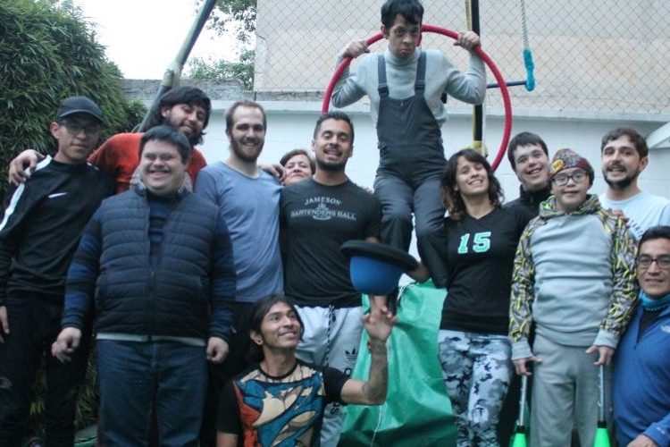 Las limitaciones motrices no son obstáculo para la acrobacia y la alegría en este circo mexicano