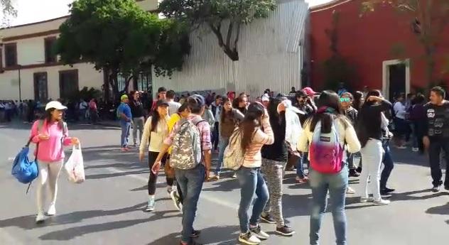 Sección 22 y normalistas cierran calzada de la República; exigen contratar a mil sin examen