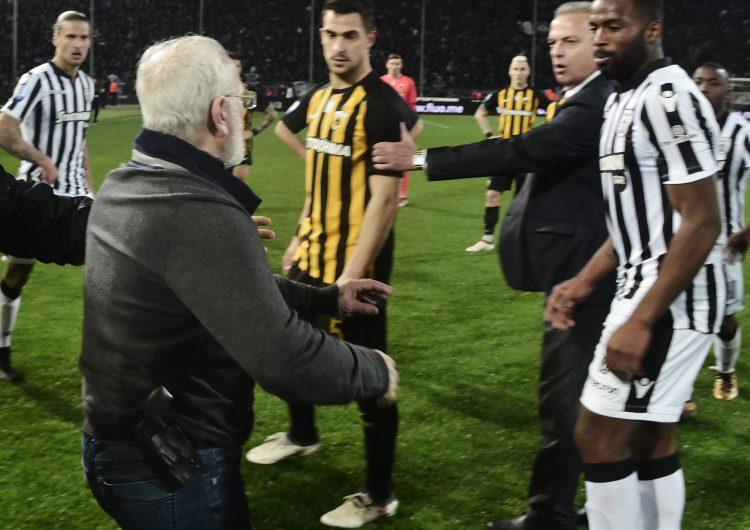 Suspenden la liga griega de futbol después de que el presidente del PAOK entrara al campo con un arma