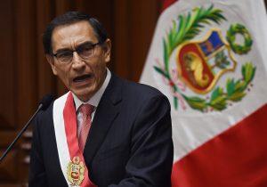Vizcarra asume presidencia de Perú y jura firmeza contra la corrupción en medio de crisis política