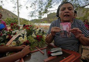 Detienen a cinco policías por muerte de 68 personas en prisión de Venezuela