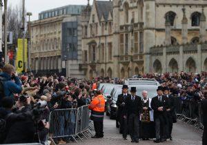 Miles dan el último adiós a Stephen Hawking en su funeral (FOTOS)