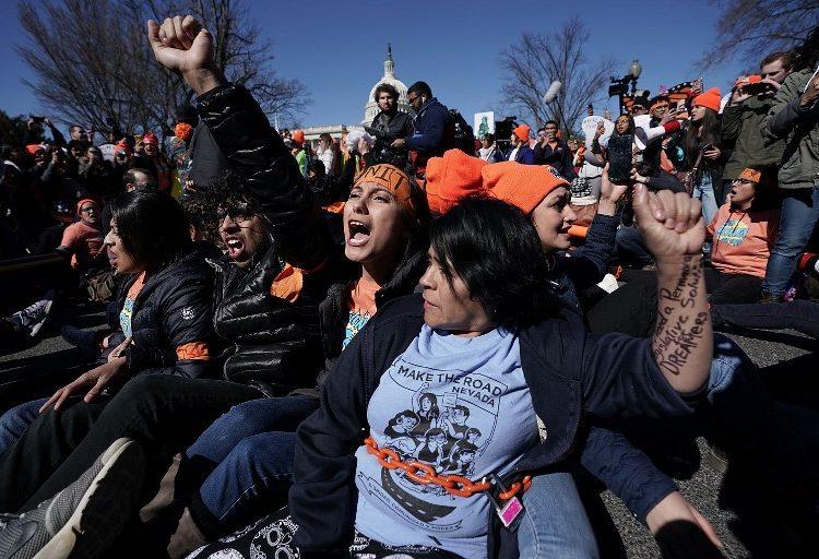 """Encadenados, """"Dreamers"""" exigen al Congreso soluciones; 87 son arrestados"""