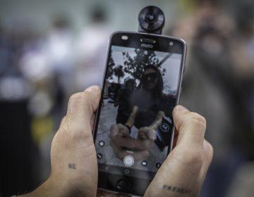 Motorola, el único fabricante de smartphones que quiere que bajes el celular de las manos