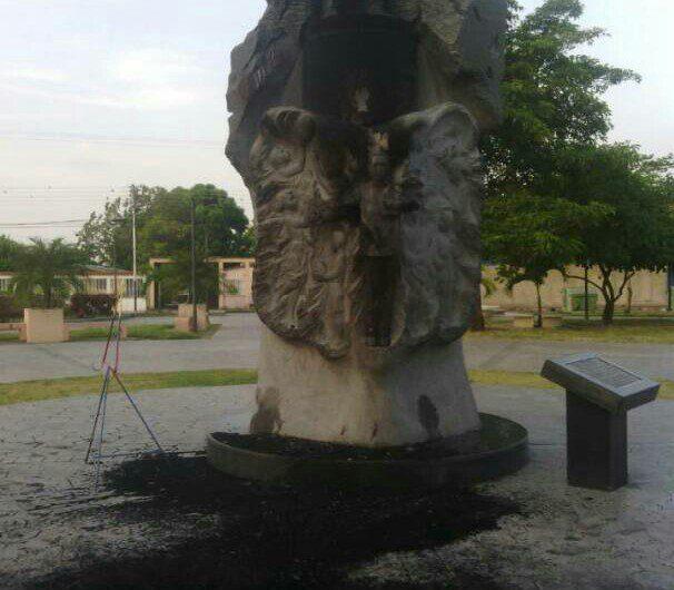 Venezuela encarcela a tres personas por el ataque a una estatua de Hugo Chávez