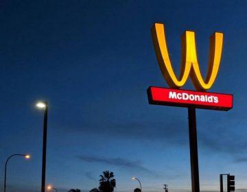 ¿Por qué McDonald's invirtió sus icónicos arcos dorados?