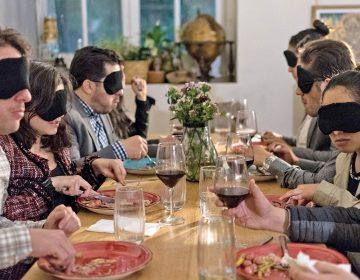 Comer y beber a ciegas: este es el despertar de todos los sentidos