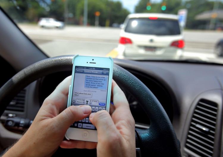Duplican multa por usar celular al manejar en Jalisco; es insuficiente, especialista