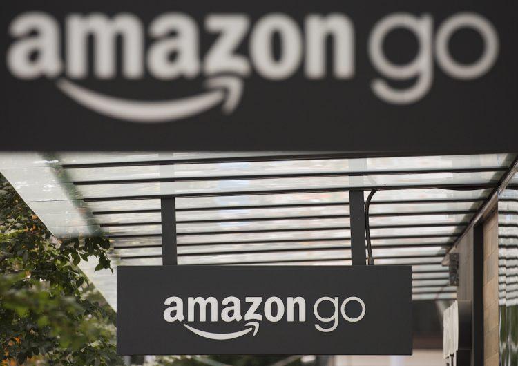 """Trump ataca a Amazon: lo acusa de usar el sistema postal como """"su chico de entregas"""" y no pagar impuestos"""