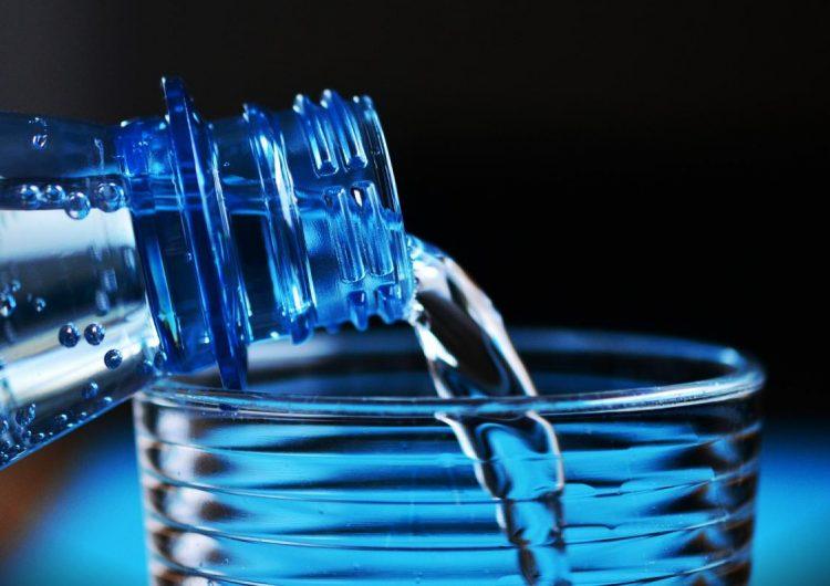 agua-embotellada-trozos-desecho-plástico