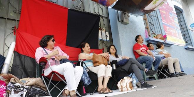 Por la huelga, se quedan alumnos esperando clase