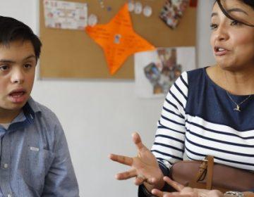 Gustavo continúa estudios, a pesar de discriminación