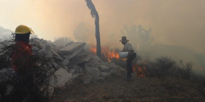 Elementos de PC tardan horas en sofocar incendio en Pachuca
