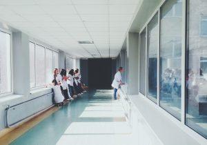 Hospital indemniza con casi 4 mdd a enfermera que recibió nota racista y la foto de una horca